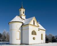 Igreja ou capela pequena no dia de inverno maravilhoso Imagem de Stock Royalty Free
