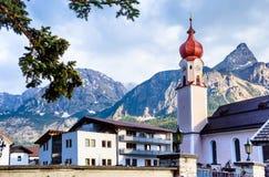 Igreja paroquial de Maria Heimsuchung com Sonnenspitze - Ehrwald, cumes austríacos fotos de stock royalty free
