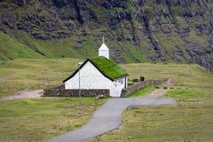 Igreja pequena com telhado do relvado Imagens de Stock Royalty Free