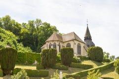 Igreja pequena em um monte com Foto de Stock