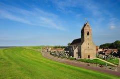 A igreja pequena em uma vila pequena chamou Wierum fotos de stock