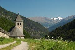 Igreja pequena nas montanhas foto de stock