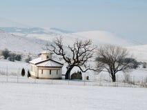 Igreja pequena no campo do inverno Fotos de Stock
