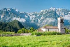 Igreja pequena no trajeto do ciclo de Alpe Adria, Itália foto de stock royalty free