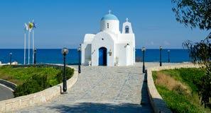 Igreja pequena pelo hotel dourado nos protaras, Chipre da costa Fotografia de Stock Royalty Free