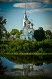Igreja perto do rio Fotos de Stock