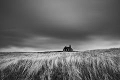 Igreja preta pitoresca famosa de Budir na região da península de Snaefellsnes em Islândia durante um tempo ventoso pesado imagens de stock royalty free