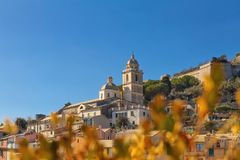 Igreja românico de St Lawrence na cidade de Porto Venere na província do La Spezia na costa de Liguria no dia ensolarado imagens de stock