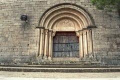 A igreja românico do estilo situada em uma cidade na Espanha do norte chamou Siurana imagem de stock