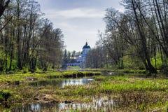 Igreja rural do verão na paisagem do rio da mola imagens de stock