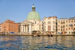 Igreja San Simeone Piccolo na terraplenagem do canal grandioso em Veneza, Itália imagem de stock royalty free