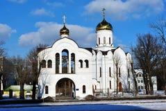 Igreja santamente de Olga Temple Orthodox de Kharkiv, Ucrânia, dia de inverno com o céu nebuloso e as árvores azuis sem folhas, v fotografia de stock royalty free