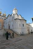 A igreja santamente do depósito da veste, Kremlin de Moscou imagens de stock