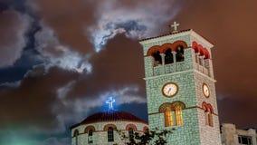 Igreja sob o lapso de tempo pesado das nuvens 4k vídeos de arquivo