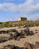 Igreja sobre o monte perto da praia imagens de stock