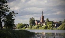 Igreja sobre o rio fotografia de stock