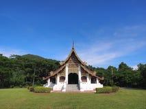 Igreja tailandesa do norte da arte sob o céu azul Fotografia de Stock Royalty Free