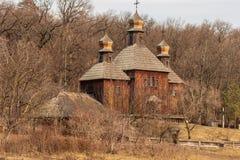 Igreja ucraniana de madeira tradicional antiga no museu ao ar livre etnogr?fico nacional em Pirogovo perto de KYIV naturalizado foto de stock royalty free