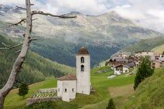Igreja velha bonita em uma paisagem suíça típica foto de stock
