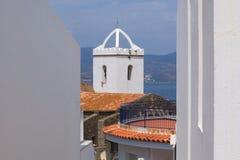 Igreja velha branca pelo mar Fotos de Stock