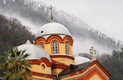 A igreja velha e a névoa Fotos de Stock Royalty Free
