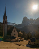 A igreja velha em Ortisei, Itália Foto de Stock