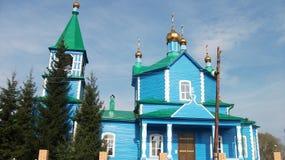 A igreja velha, lá é muito poucas arquitetura, madeira, cúpula, azul, árvore, ouro Fotografia de Stock