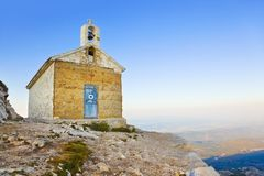 Igreja velha nas montanhas, Biokovo, Croatia Fotos de Stock