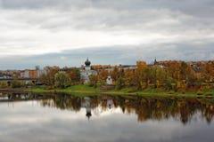 Igreja velha no banco de rio de Pskov, Rússia Templo ortodoxo na cidade antiga Foto de Stock Royalty Free