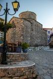 Igreja velha típica em um quadrado em uma cidade grega pequena de Chora em Alonissos Islan fotografia de stock