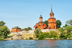 Igreja vermelha no campo ucraniano fotos de stock