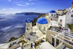 Igrejas azuis da abóbada de Santorini, Grécia Imagem de Stock Royalty Free