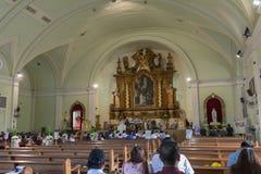 Igrejas Católicas ao lado na alameda do shopping de Ásia da cidade de Pasay, Filipinas Fotografia de Stock Royalty Free