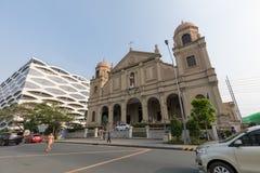 Igrejas Católicas ao lado na alameda do shopping de Ásia da cidade de Pasay, Filipinas imagem de stock