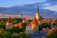 Igrejas e torres medievais na cidade velha de Tallinn, Estônia Fotos de Stock Royalty Free