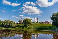 Igrejas em um dia nebuloso ensolarado nos bancos da região de Kolomna Moscou da cidade do rio de Moscou fotos de stock
