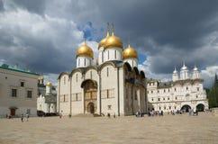 Igrejas no quadrado da catedral do Kremlin de Moscou, Rússia fotos de stock