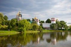 Igrejas ortodoxas do russo no convento de Novodevichy, Moscou, Rússia fotografia de stock royalty free