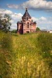 Igrejas russian tradicionais no campo fotografia de stock royalty free