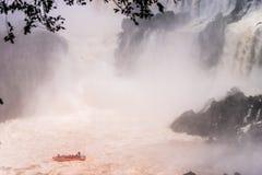 Iguacu下跌与冒险小船 免版税库存图片