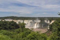 Iguacu (Iguazu) tombe à une frontière du Brésil et de l'Argentine Photographie stock libre de droits