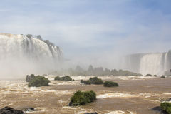 Iguacu (Iguazu) tombe à une frontière du Brésil et de l'Argentine Photographie stock