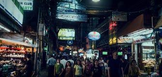 Igualación de la calle que camina, mucha gente que camina en Pattaya Paseo en la noche en Tailandia Imagen de archivo libre de regalías