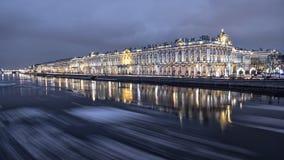 Igualación de la deriva del hielo en el río de Neva en St Petersburg foto de archivo libre de regalías