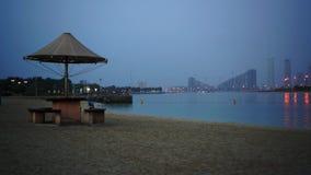 Igualación de la playa y del mar hermosos de la arena en el Dubai almacen de metraje de vídeo