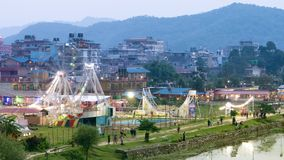 Igualación de la vista del parque de atracciones en la pequeña ciudad Pokhara, Nepal almacen de metraje de vídeo