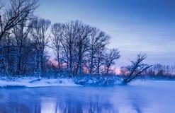 Igualación de los colores crepusculares de la niebla de la puesta del sol del winer fotos de archivo libres de regalías