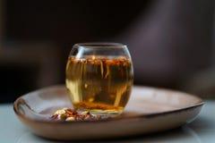 Igualación de té caliente en el vidrio imagenes de archivo
