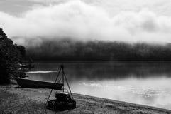 Igualación de vista brumosa de un lago en el país de Quebec fotos de archivo libres de regalías