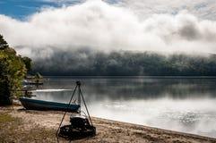 Igualación de vista brumosa de un lago en el país de Quebec foto de archivo